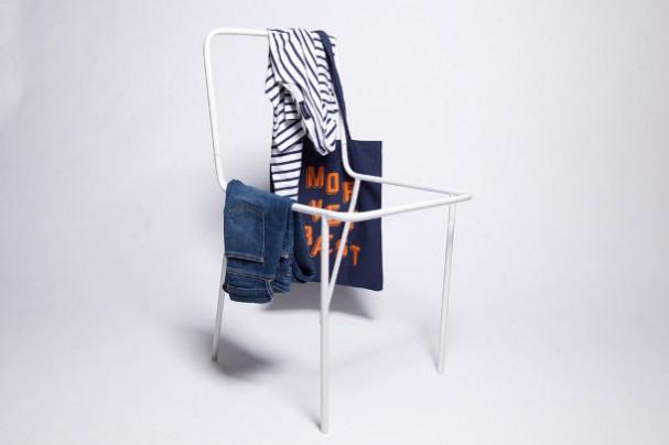 Frame van een stoel als kledingrek