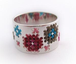 Handgemaakte geborduurde ring van Corina Rietveld