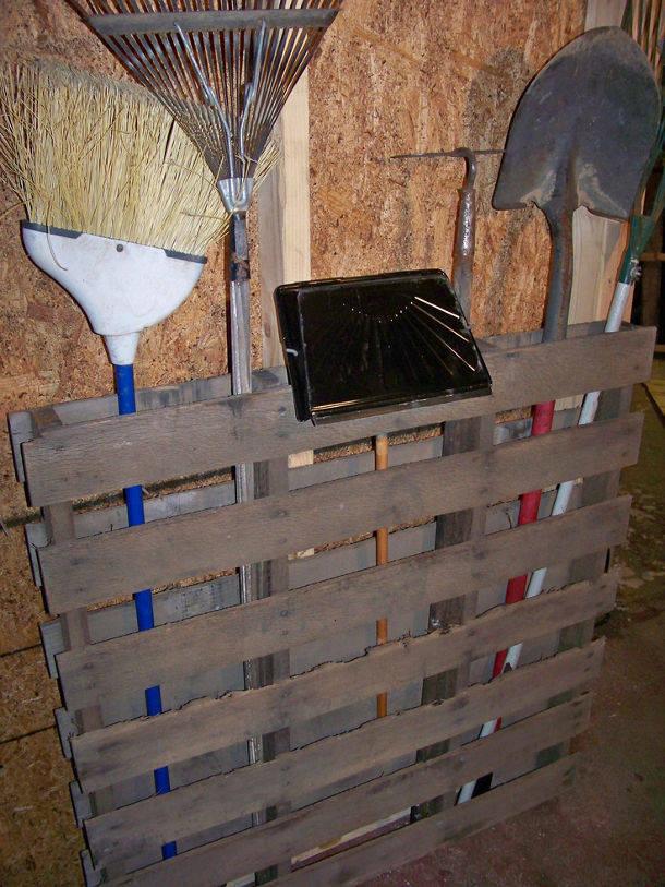 Gereedschapsrek voor in de tuin van een pallet