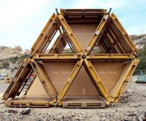 Tent gemaakt van houten pallets en steiger materiaal