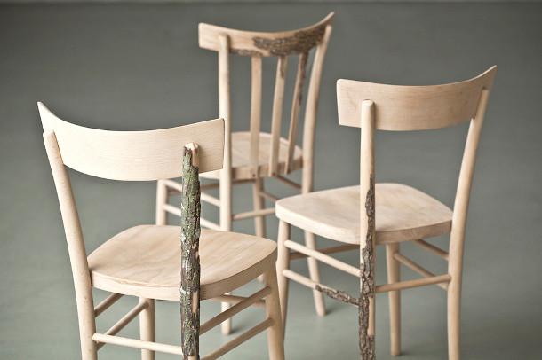 Houten stoelen bedekt met boomschors   EYEspired