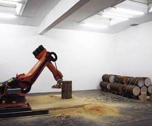 Robot zaagt houten krukjes
