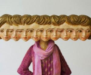 Surrealistische houten beelden