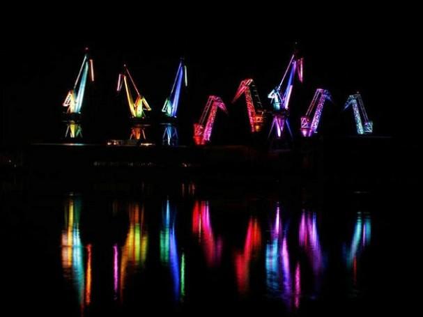 Gigantische licht installatie van scheepswerf kranen die verlicht ...