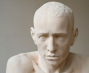 Houten sculptuur van Mario Dilitz