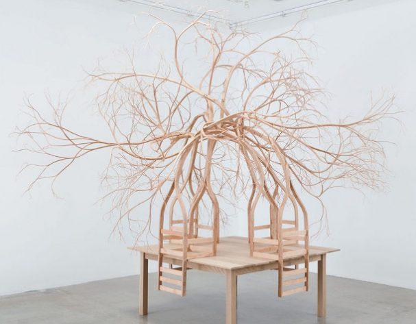 beeldhouwen-houten-stoelen
