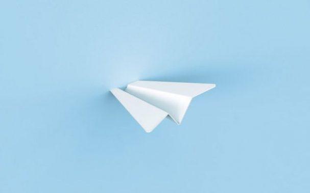 papieren-vliegtuigen-muur-haak
