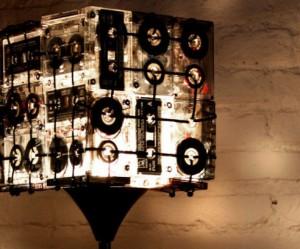 Lamp gemaakt van cassettebandjes