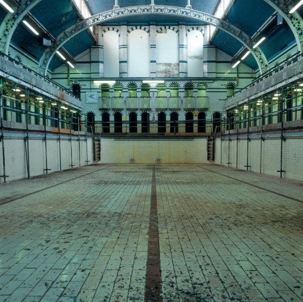 Foto serie van lege zwembaden in Engeland