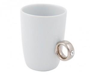 Grappige mok van Invotis met een ring