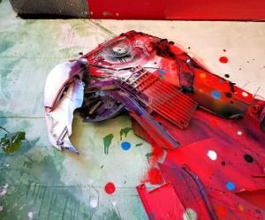 Muurschildering van een papegaai gemaakt van gevonden voorwerpen