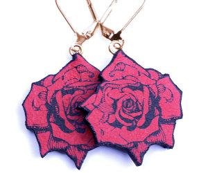 Rode rozen oorbellen