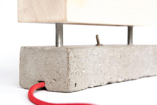 Houtenlamp met betonnen voet