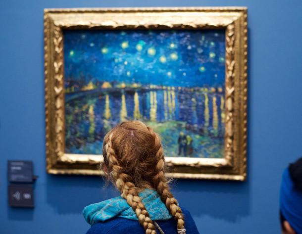 museumbezoekers-kunstwerk