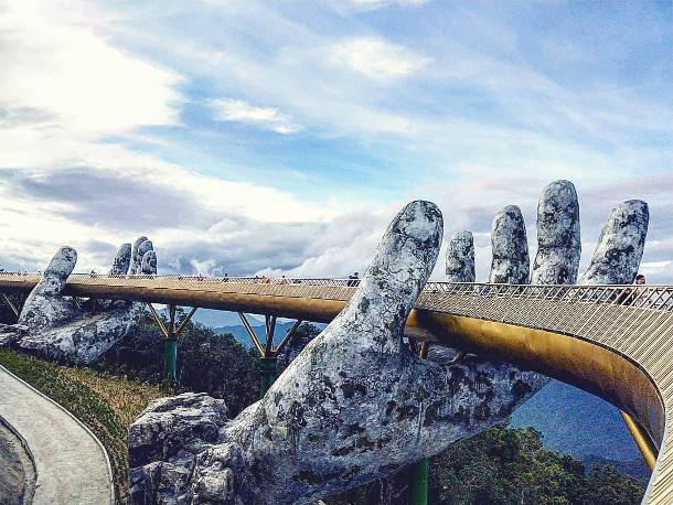 voetgangersbrug-handen-2